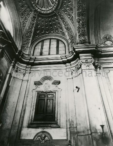"""Illustrazione num. 27: """"Chiese distrutte per lo sventramento di via del Mare. La chiesa di S. Nicola dei Funari, alias SS. Orsola e Caterina, coi suoi bellissimi stucchi settecenteschi, demolita nel '29""""."""