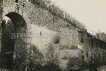 """Illustrazione num. 80: """"Com'erano le mura del """"Corridore""""in Borgo S. Angelo e come sono stae ridotte, dopo la demolizione di tutte le basse case spesso di impianto medievale che si addossavano ad esse""""."""